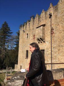 Visita del diputat Joan Josep Puigcorbé amb el castell de fons